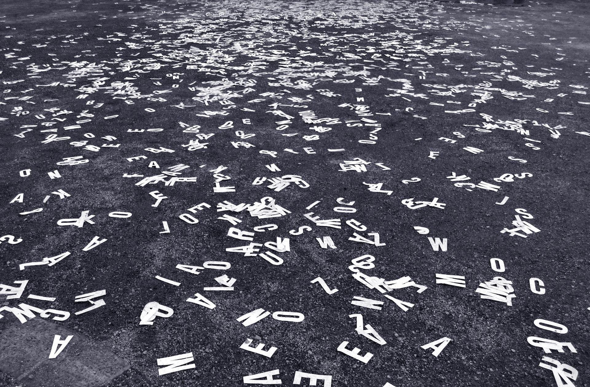 Asphalt und viele Buchstaben darauf