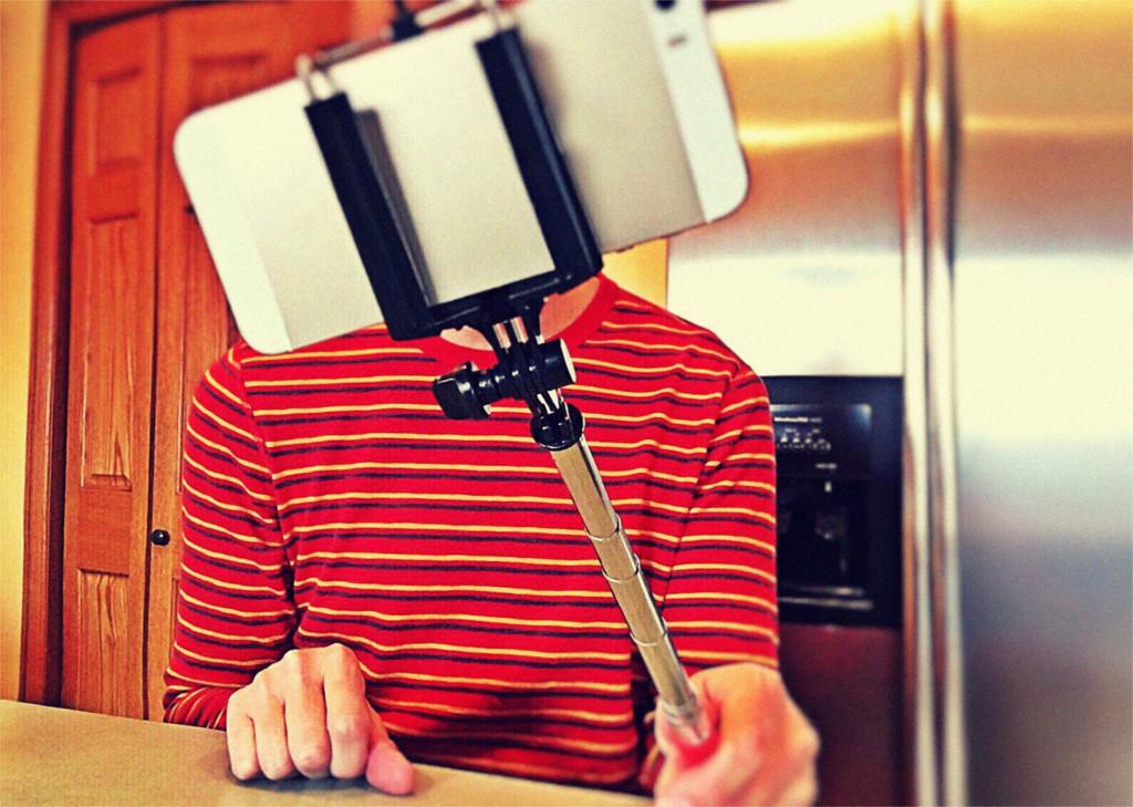 Mann mit Selfie Stange