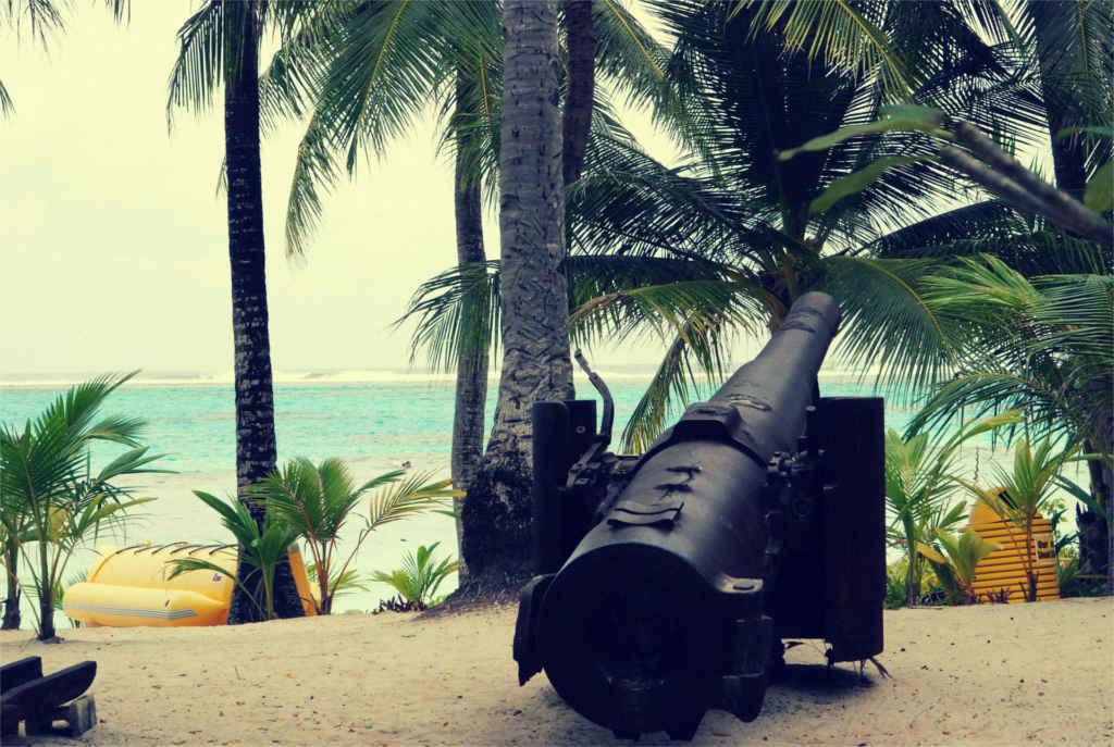 Eine Kanone zielt Richtung Meer