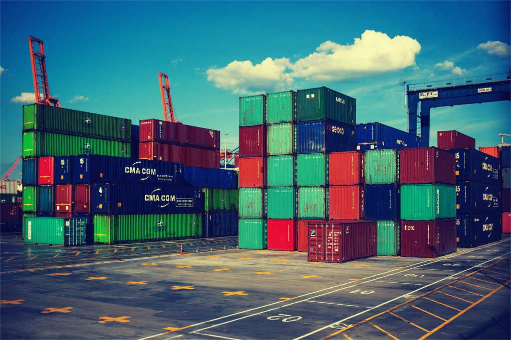einige bunte Container an einem Hafen