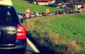 Ein Verkehrsstau auf dem Land