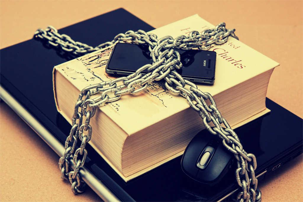 Ein Buch und Laptop mit einer Kette