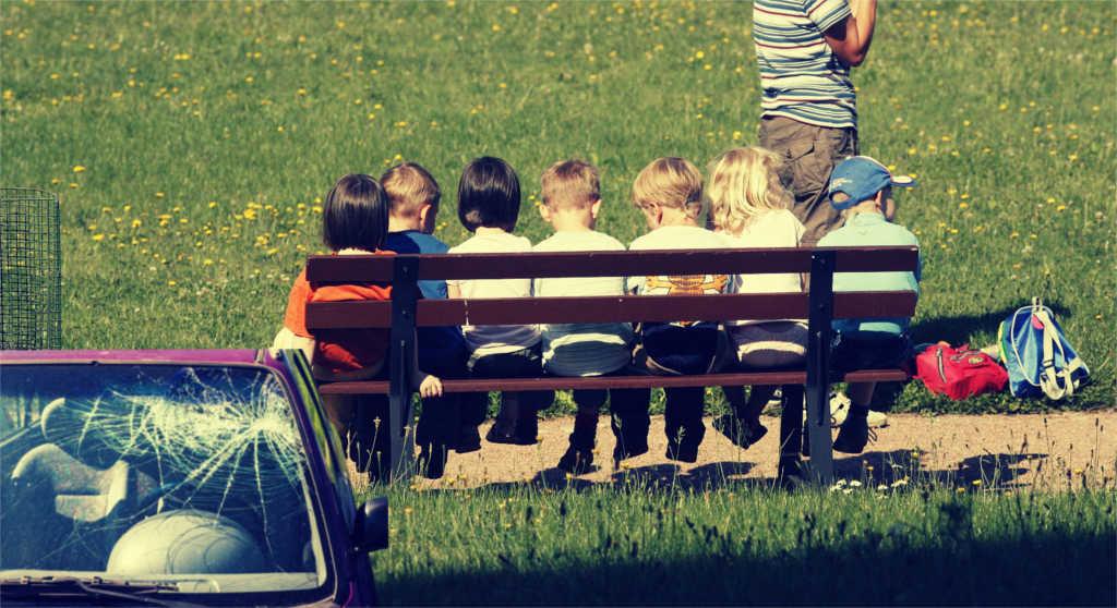Eine Gruppe Kinder auf einer Bank