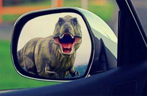 EIn Dinosaurier im Rückspiegel