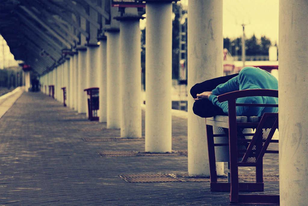 Ein Obdachloser auf einer Bank