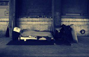 Obdachloser unter Brücke