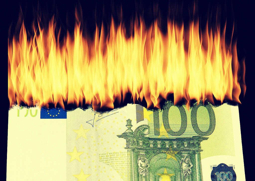 Ein hundert Euro Schein verbrennt