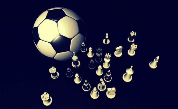 Ein Fußball trifft auf einige Schachfiguren