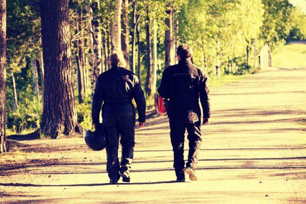 Zwei Motorradfahrer entfernen sich aus dem Bild