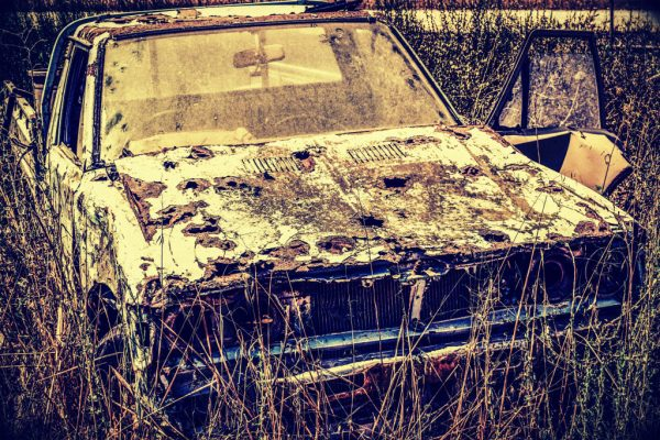 Ein altes Auto mit Löchern