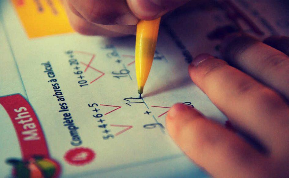 Ein Kind macht Mathe-Aufgaben