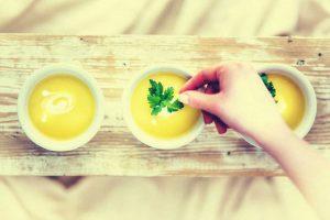 Ein Suppe wird dekoriert