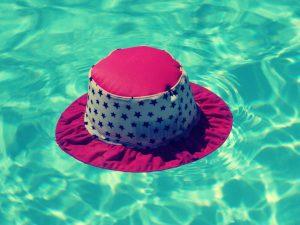 Ein Hut schwimmt auf dem Wasser