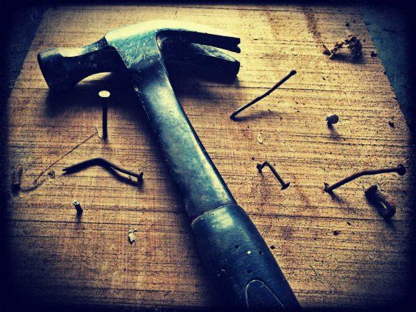 Ein Hammer mit krummen Nägeln