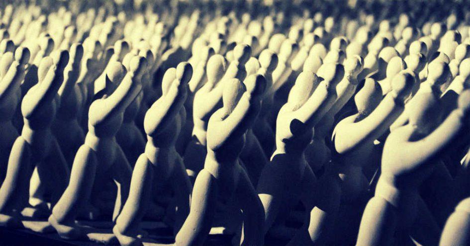 Figuren mit erhobenen Händen
