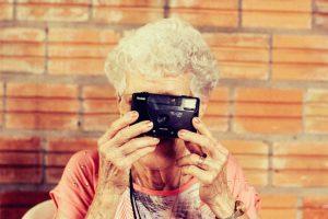 Eine alte Frau macht ein Foto