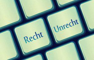 Auf einer stilisierten Tastatur steht Recht und Unrecht