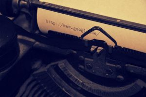 Mit einer Schreibmaschine wurde Google auf ein Papier geschrieben