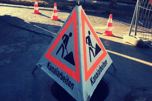Ein Schild weißt auf Kanalarbeiten hin