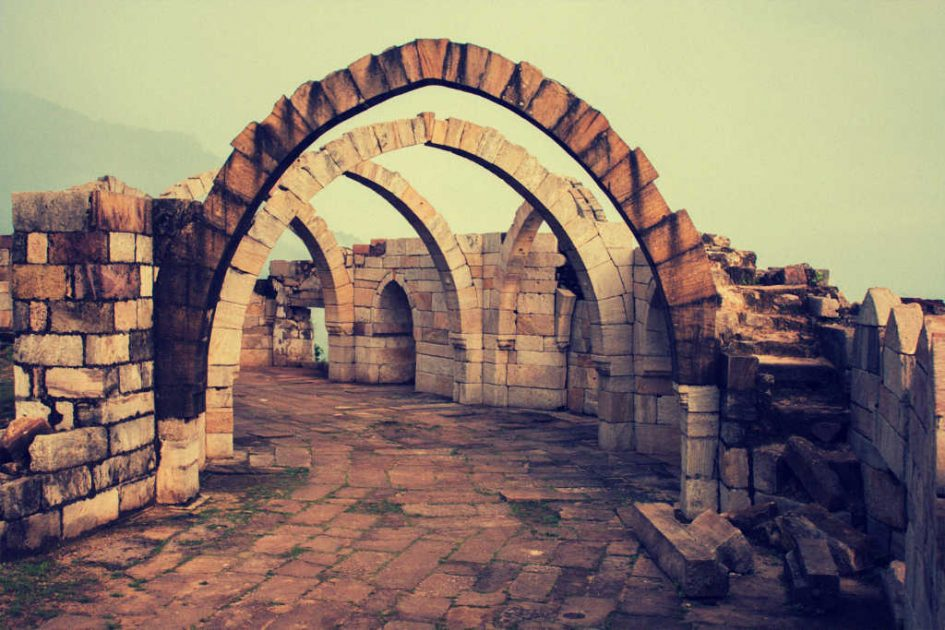 Ruinen mit Torbogen