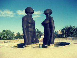 Statue einer Frau und eines Mannes
