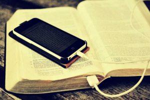 Ein Smartphone liegt auf einer Bibel