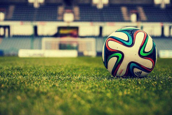 Ein Fußball auf einem Fußballplatz