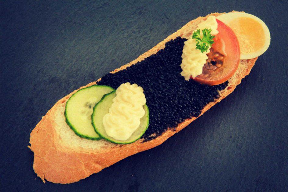 Kaviar auf einem Brötchen