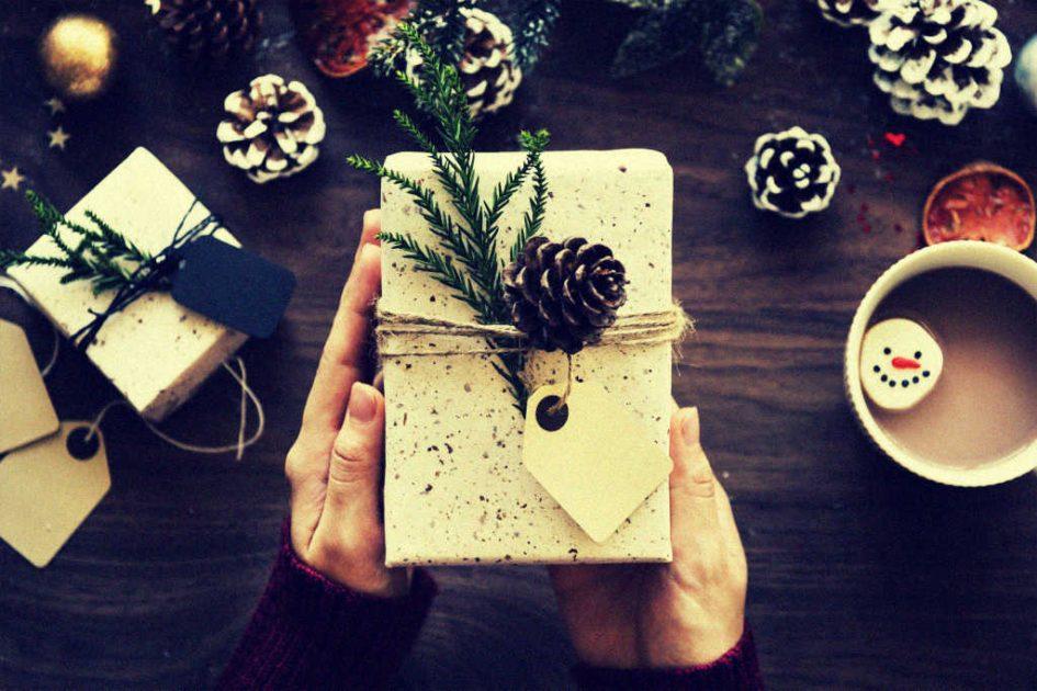 Frauenhände halten Weihnachtsgeschenk