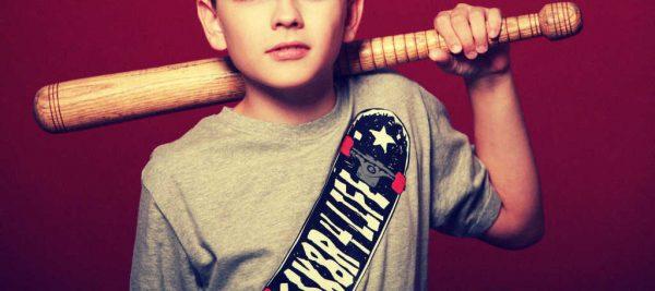 Kind mit Baseballschläger