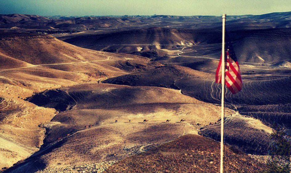 Totes Meer und amerikanische Flagge