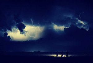 Gewitterwolke und Leute