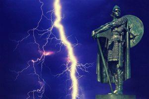 Statue mit Blitz im Hintergrund