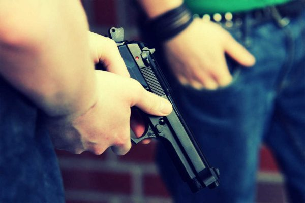 Zwei Schüler mit Waffe