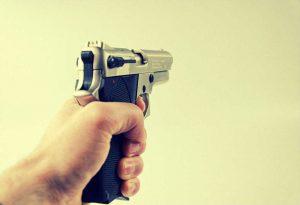 Jemand hält eine Waffe
