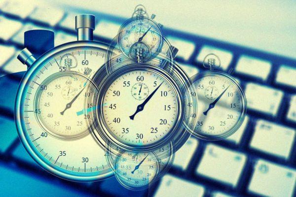 Eine Uhr vor einer Tastatur