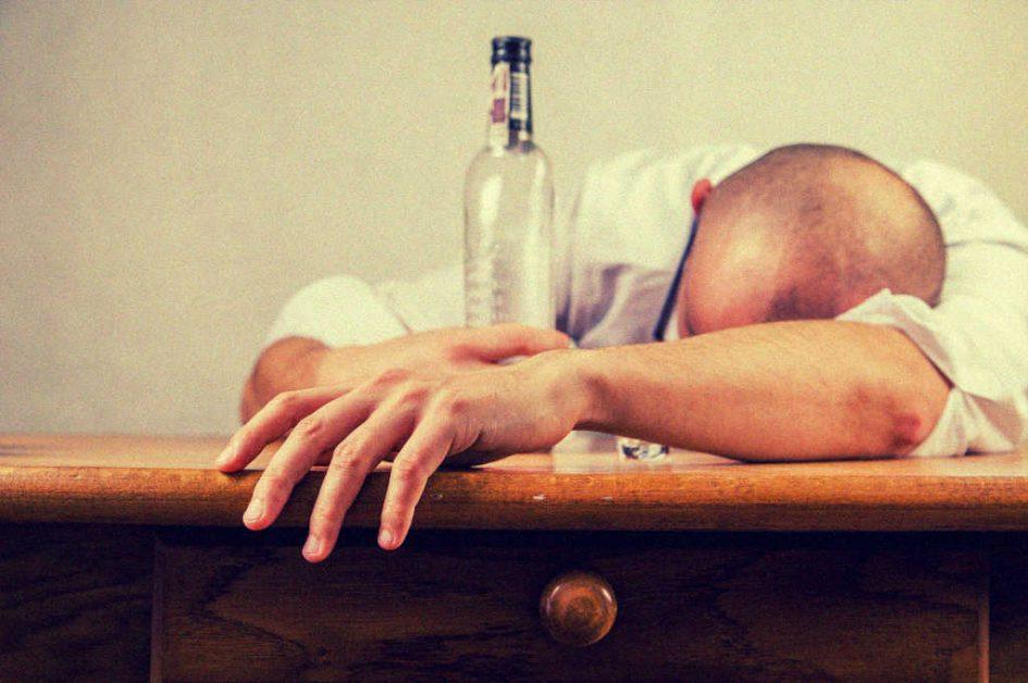 Ein Mann, der zuviel getrunken hat