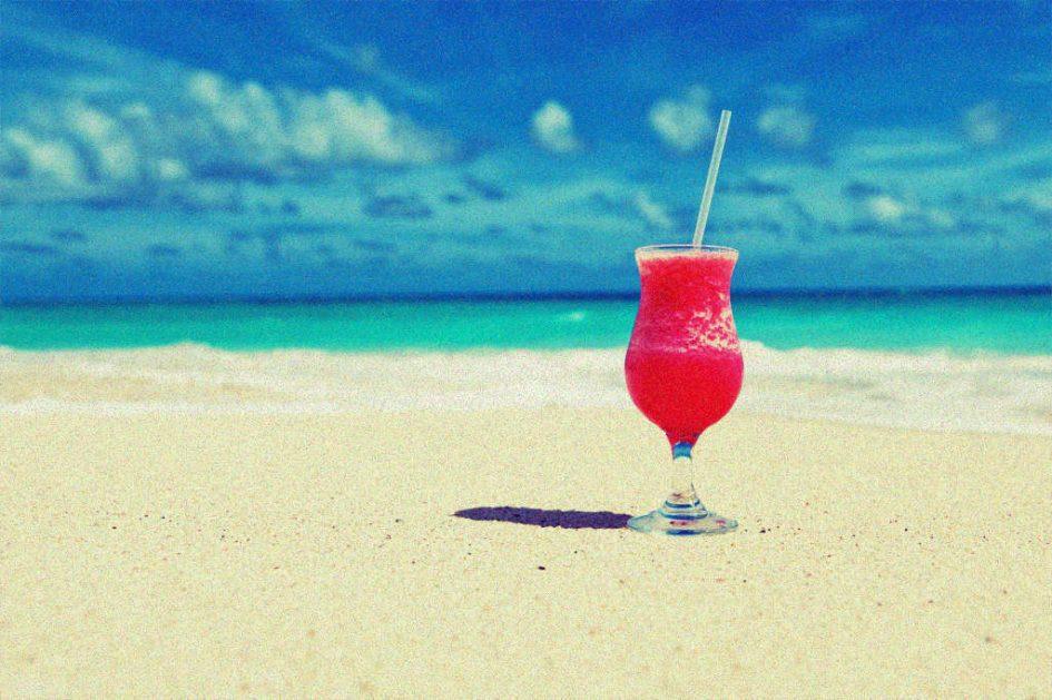 Ein rotes Getränk vor dem Meer