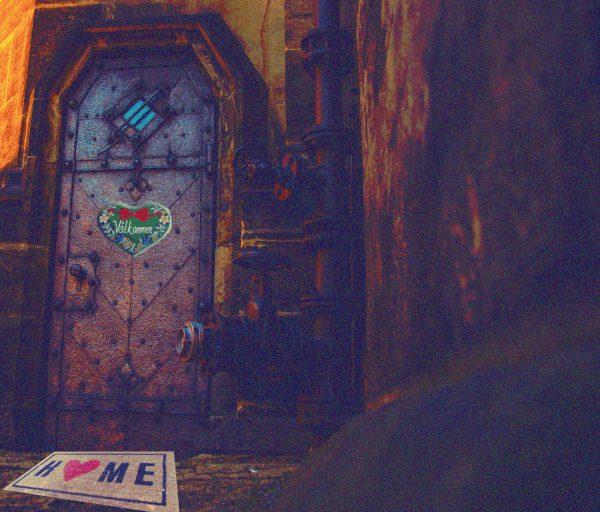 """Eine Metalltür mit """"Willkommen""""-Schild"""