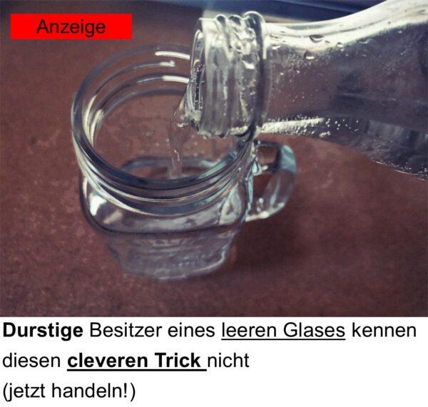 Ein Glas beim Einschenken